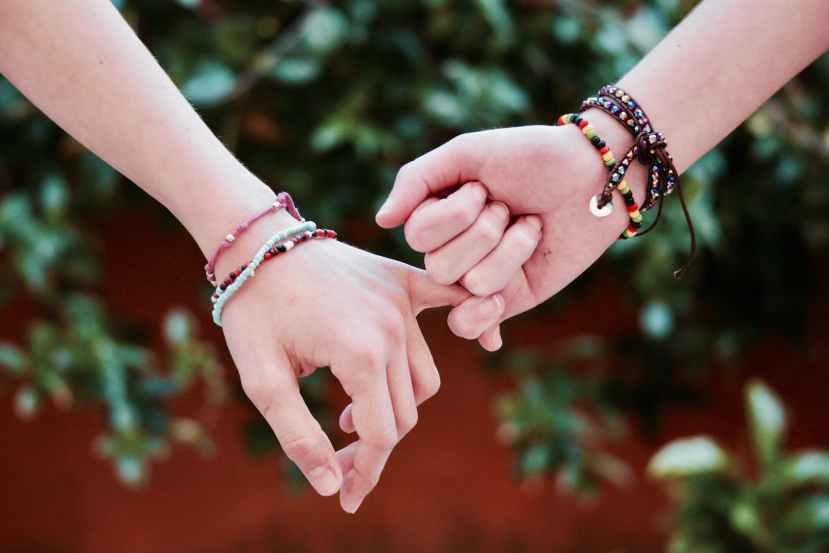 Elämän kapeikoissa onnea on käsi, josta pitääkiinni.